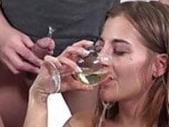 Perverse Mädchen trinken Pisse