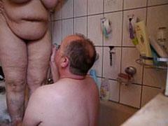 Fette Hausfrau pisst auf ihren Mann