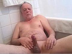 Opa pisst sich ins Gesicht