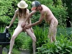 Opa hilft junger Schlampe beim Pissen