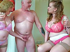 Brite pisst auf zwei Hausfrauen
