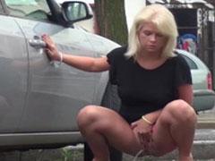 Auch Frauen pissen im Stehen