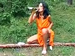 Frau pisst besoffen in den Wald
