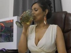 Indische Sekretärin pisst am Arbeitsplatz