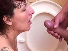 Geiler Matureporno in dem eine Frau Pisse trinkt