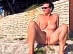 Deutsche Hausfrau pisst am Strand