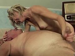 Frau pinkelt ihrem Mann in den Mund