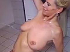 Blondine auf die Titten Pissen