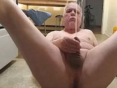 Opa pisst gern beim Wichsen