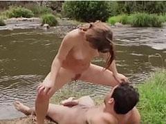 Mädchen uriniert auf errigierten Schwanz