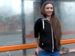 Amateur Mädchen pisst mitten in der Stadt